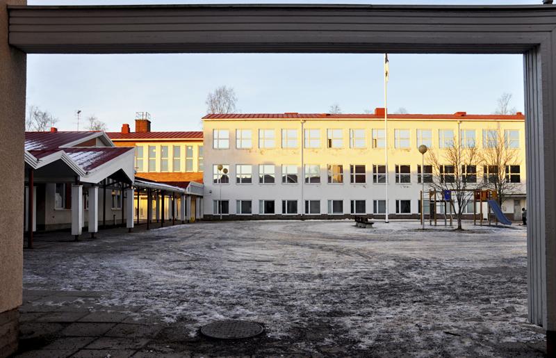 Pohjankylän koulun vanhaa osaa ei vielä pureta.