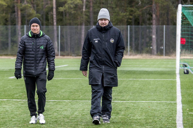 KPV:n valmentajat Jani Uotinen ja Niko Kalliokoski ovat saaneet olla tuntitolkulla ulkona monenlaisessa kelissä.