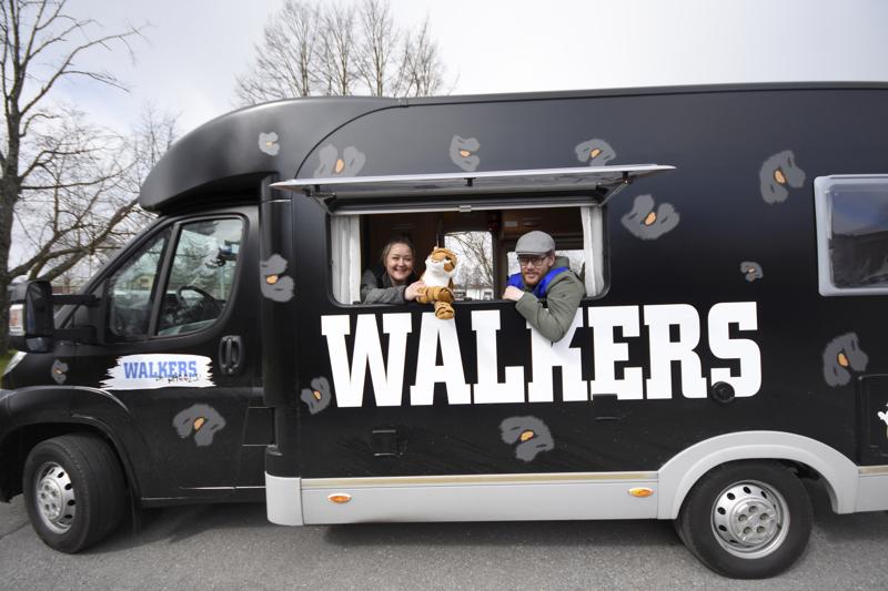 Nuoriso-ohjaaja Roy Pietilä on yksi Pantteri-auton kuskeista. Vieressä Walkers-hankkeen koordinaattori Kaisa Lähteenmäki.