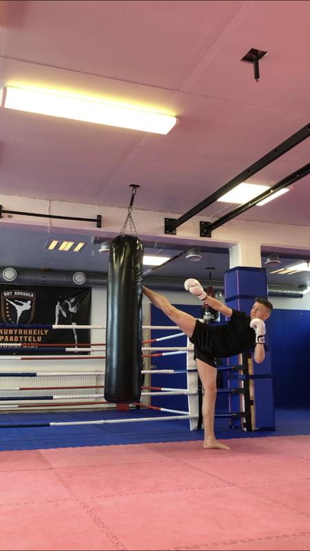 John Englund harjoittelee lähes päivittäin. Tässä hän treenaa potkunyrkkeilyä.
