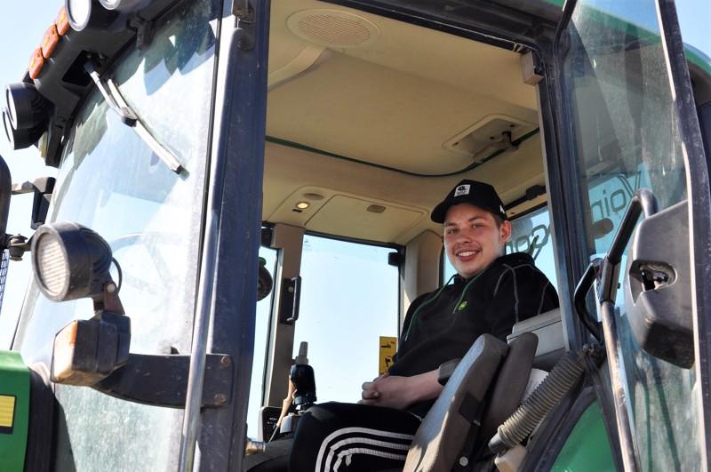 Atte Syväkoski on kuin kasvanut kiinni traktoriin.