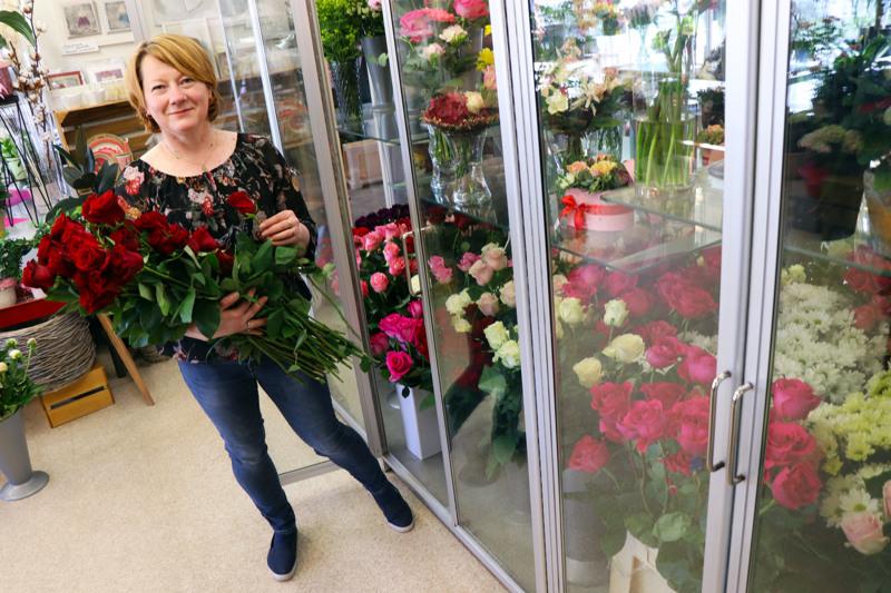 Koska isoja valmistujaisjuhlia ei tänä keväänä järjestetä, monet kukkakaupat ovat varanneet normaalia vähemmän onnitteluruusuja, kertoo Valkoisen Purjeen floristi Merja Lokasaari kertoo.