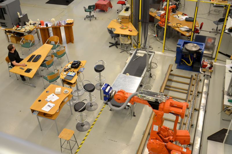 Kalajokilaakson eri kuntien päättäjät haluavat yksimielisinä, että Centrian Ylivieskan yksikkö täyttyisi opiskelijoista myös päiväsaikaan. Kuva Centrian robotiikan  tutkimuslaboratoriosta.