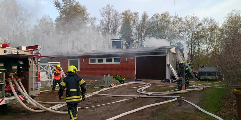 Tiilinen omakotitalo syttyi tuleen keskiviikkona Kannuksessa.