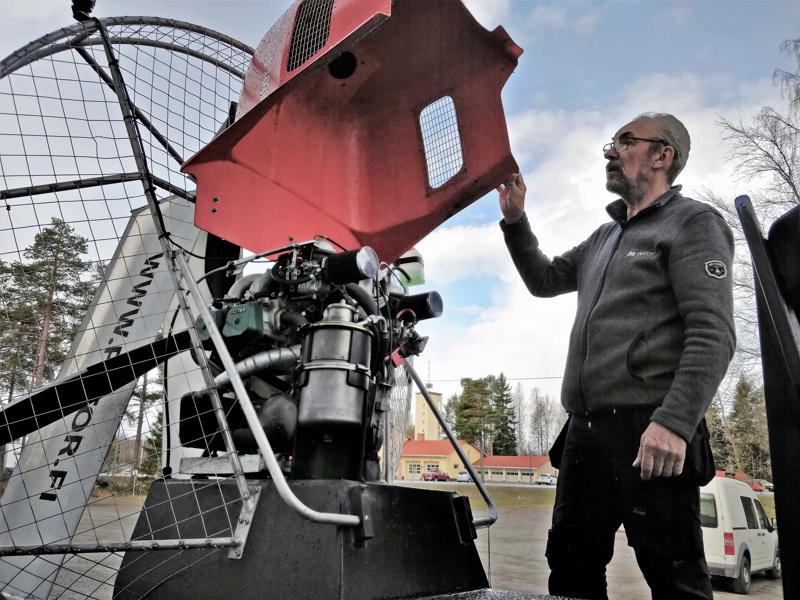 - Hydrokopteri kulkee työntöpotkurin ja vahvan  lentokonemoottorin voimin, esittelee Tore Käld.