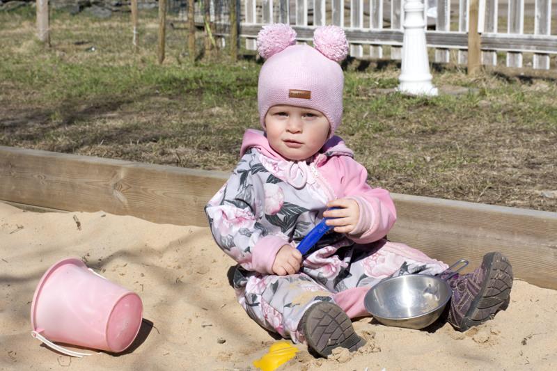 Alma viihtyisi vaikka koko päivän hiekkalaatikolla omissa leikeissään.