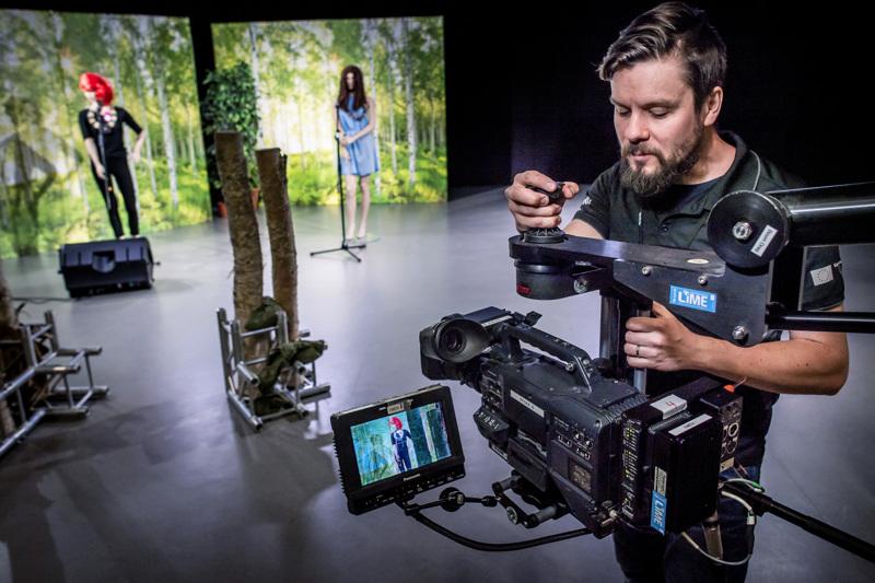 Keski-Pohjanmaan ammattiopiston lehtori Juha Kiviharju virittelee kameraansa virtuaalisia valmistujaisjuhlia varten.