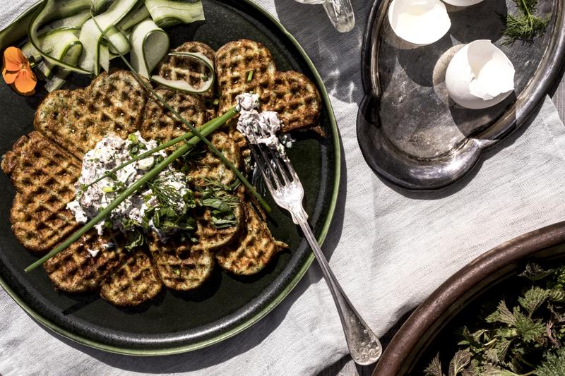 Täytetyt nokkosvohvelit maistuvat niin aamiaisella kuin lounaallakin.
