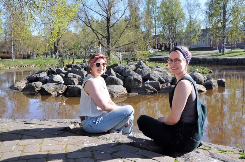 Kokkola on vakuuttanut Etelä-Suomesta kotoisin olevat Sirja Siltalan (vas.) ja Eivor Hagmarkin eivätkä he kiirehdi takaisin synnyinseudulleen. – Ainakin toistaiseksi asumme täällä.