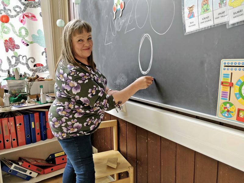 Irmeli Andreijeffillä on lauantaina edessä viimeinen työpäivä. Hän on työskennellyt opettajana Kielikylpykoulun esiopetuksessa vuodesta 2008 asti.