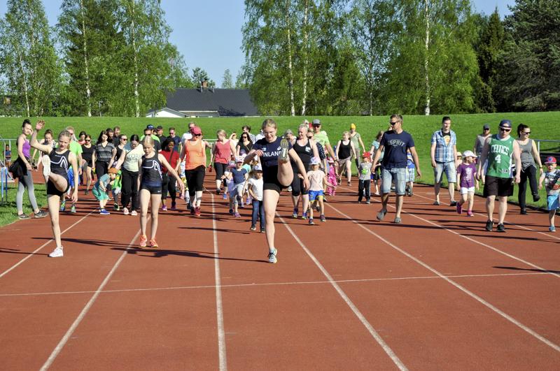 Ylivieskan Kuula sai suurimman avustuksen. Kuvassa Kuulan yleisurheilijoita lasten liikuntaleikkikoulun avajaisissa toissa keväänä.