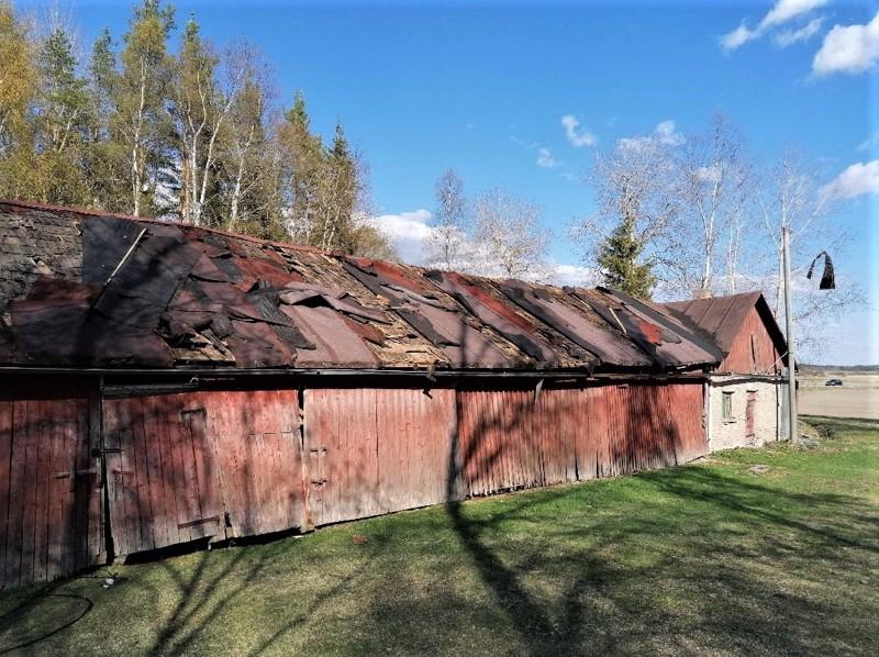 Trombi vaurioitti Seppo Sorviston kotitilan ulkorakennusta ja vei sen katon osittain mennessään.