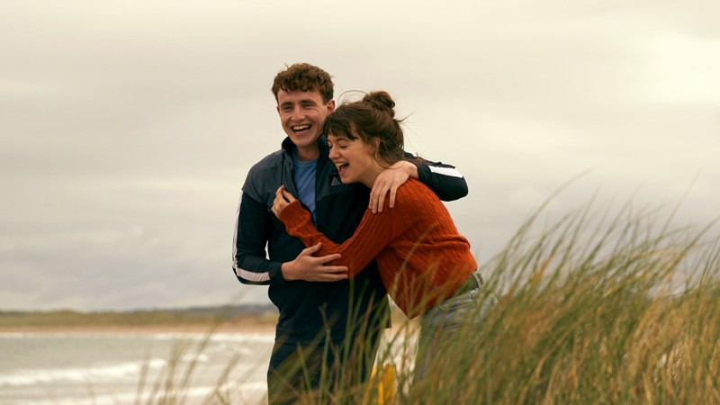 Eripariset nuoret rakastavaiset Connell (Paul Mescal) ja Marianne (Daisy Edgar-Jones) irlantilaissarjassa Normaaleja ihmisiä.