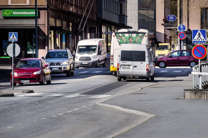 Liikenteen sujuvuutta halutaan parantaa tieliikennelain muutosten avulla.