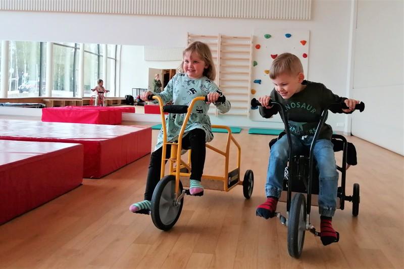 Matilda Flöjt ja Eddi Ojalammi näyttävät, että jumppasalissa tosiaan saa polkea. Suuri peili ja maisemaikkuna ovat Almalle ominaisia ratkaisuja ja luovat tunnetta 29vieläkin suuremmista tiloista.
