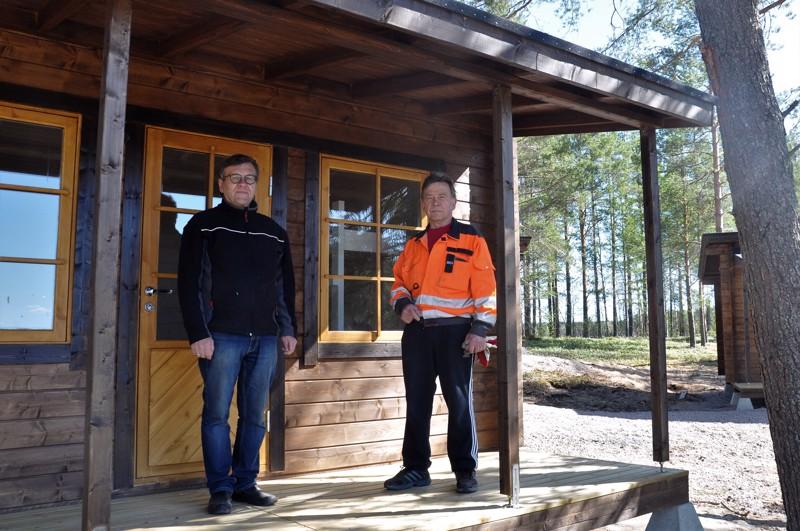 Heikki Virtanen ja Jukka Syrjälä Halsualla Leirikeskus Majakan mökin terassilla.