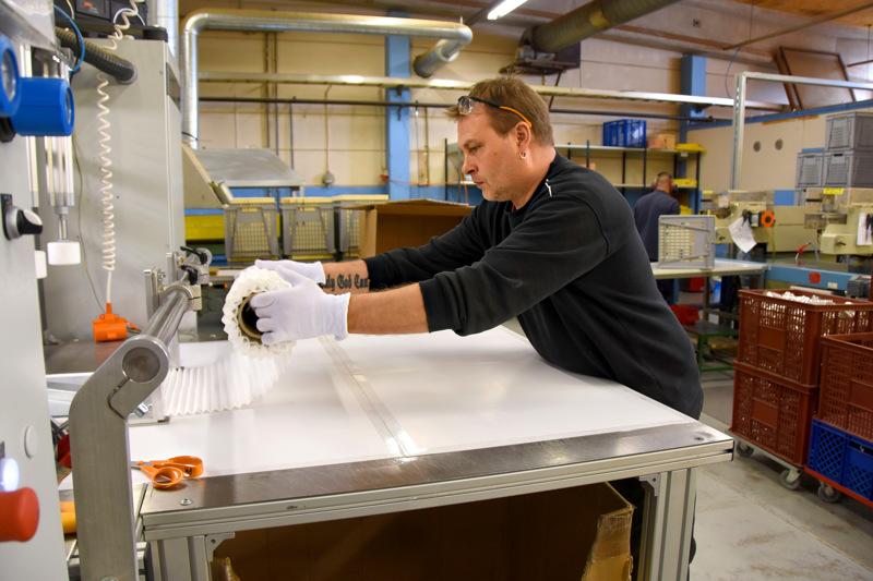 Jari Vääräniemi pliseeraa paperia maskeihin. M-Filterillä on jatkettu maskituotantoa noin 2000 kappaleen päivävauhdilla, mutta laajentamiseen ei ryhdytä.
