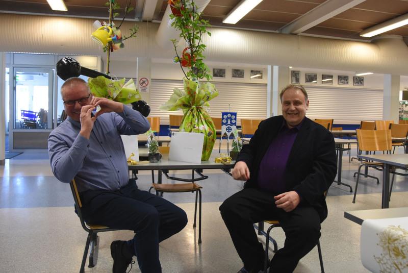 Yläkoulun matemaattisten aineiden opettajat Tarmo Värttö ja Esko Joentakanen siirtyivät eläkkeelle samalla tavalla kuin olivat opetustyöhönsäkin suhtautuneet: suurella sydämellä.