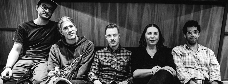 Anna Dantchev on säveltänyt kaiken Say it -levyn musiikin, mutta lopullisen muotonsa se on löytänyt monipuolisen yhtyeen yhteistyönä.