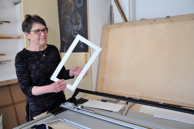 Maija Göös kiittelee, että Käläviän Färjäreillä on paitsi omat tilat myös hyvät työvälineet, muun muassa paspisleikkuri.