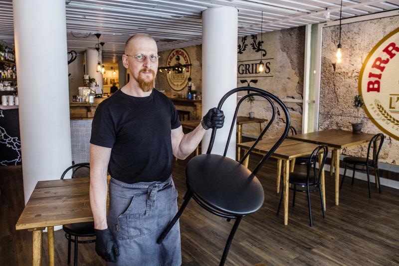 Kokkolalaisen Mikko Esselin Siegrid-ravintolassa on 70 asiakaspaikkaa. Puolet tuoleista joutaa sivuun, kun hallituksen uudet ohjeistukset astuvat voimaan.