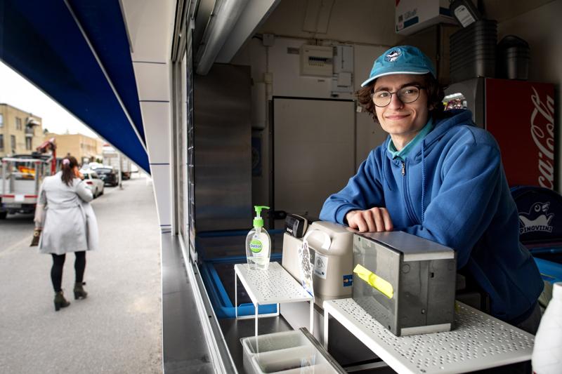 Alkukevään ja kesän ajan Tomi Kopaly työllistää itsensä jäätelökioskiyrittäjänä. Hänen mukaansa jäätelökioskiyrittäminen on varsin helppoa. -Asiakaspalveluahan tämä on hyvin pitkälle.