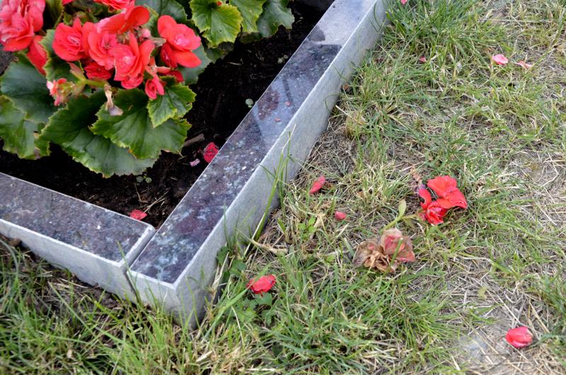 Lukijat suuttuivat siitä, että edes hautausmaat eivät saa olla rauhassa ilkivallalta.