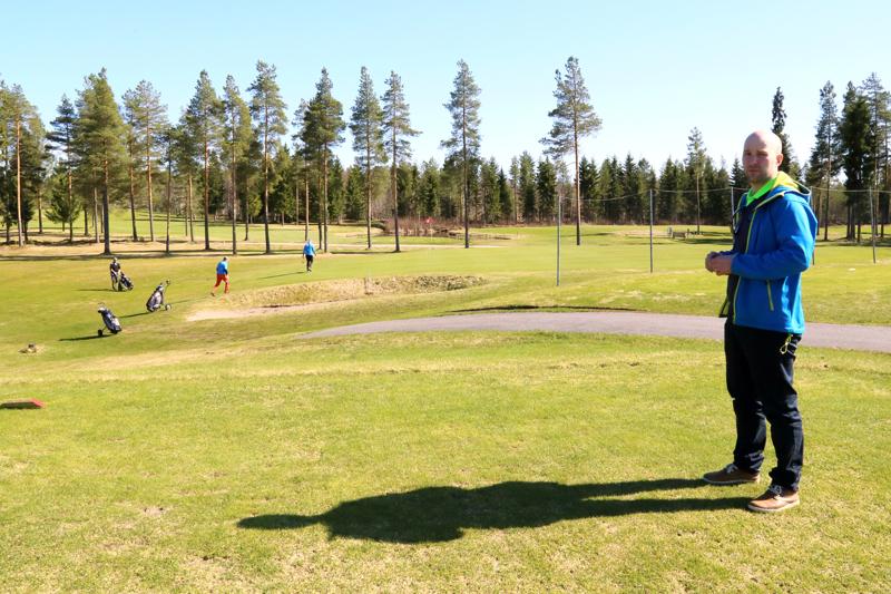 Nivalan Seudun Golfin toiminnanjohtaja Mika Takanen on tyytyväinen siitä, että kesäkuussa päästään pelaamaan liiton kisoja.