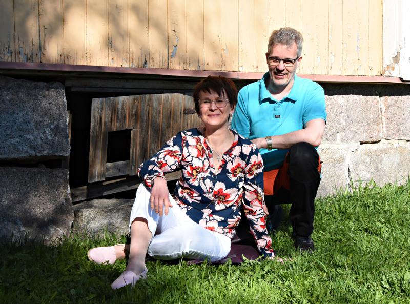 Eliisa Pihlaja-Vihelä ja Seppo Aho Paakkilan pappilassa. Taustalla päärakennus, joka on runoja ja valokuvia yhdistävän näyttelyn henkinen ja fyysinen kivijalka.