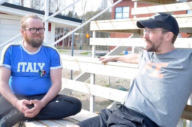 Juttua riitti. Jaakko Määttä (vasemmalla) vieraili viime lauantaina Toholammilla ja halusi yllättäen tavata myös Teppo Seppälän. Teppo ei muistanut miesten aiempaa tapaamista.