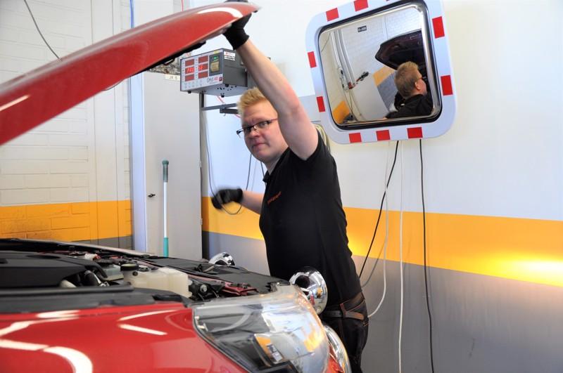 Tero Liedes tutkii päivän aikana reilun parinkymmenen auton kunnon.
