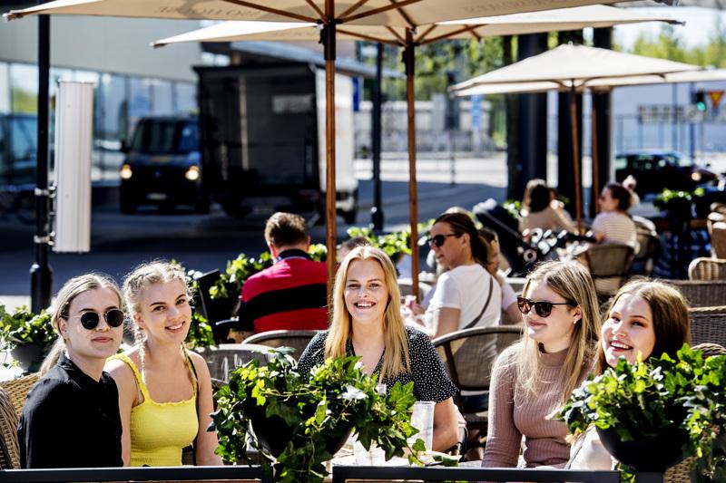 Venla Huusko (vas.), Helmi Myllykangas, Emilia Björklund, Tiia Porkola ja Anna Molander sopivat jo pari päivää sitten, että kahvilaan lähdetään porukalla heti, kun se vain on mahdollista.