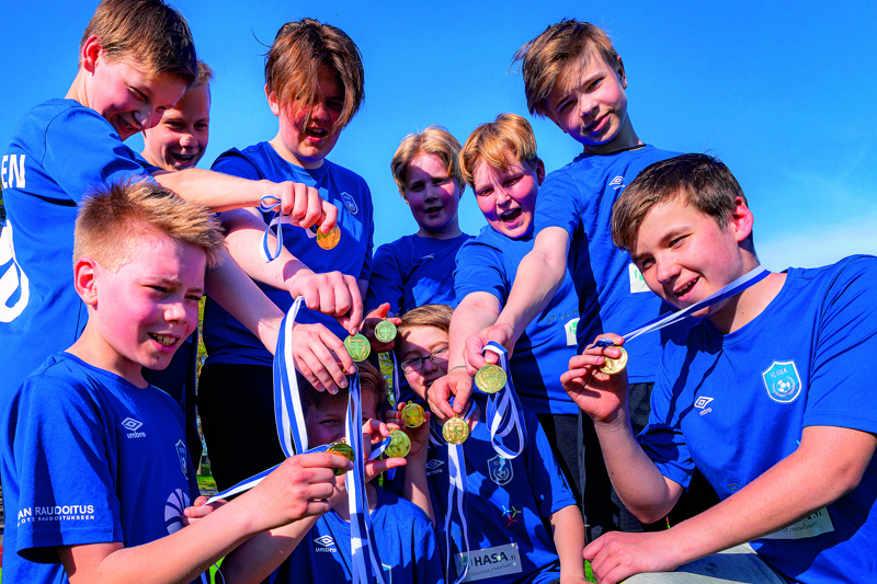 FC Folkin P07-joukkue pääsi nauttimaan maanantaina futsal-kauden kultamitaleista.