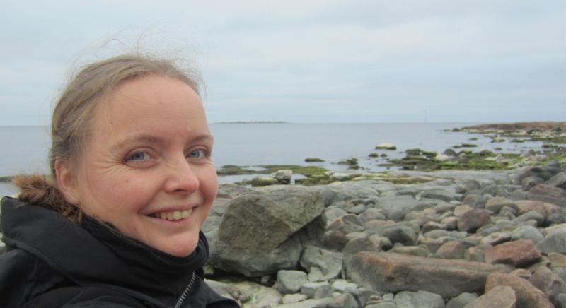 Silja van der Meerillä on sekä tekstiilitaiteilijan että muotoilijan koulutus. Hän asuu Turun seudulla Maskussa.