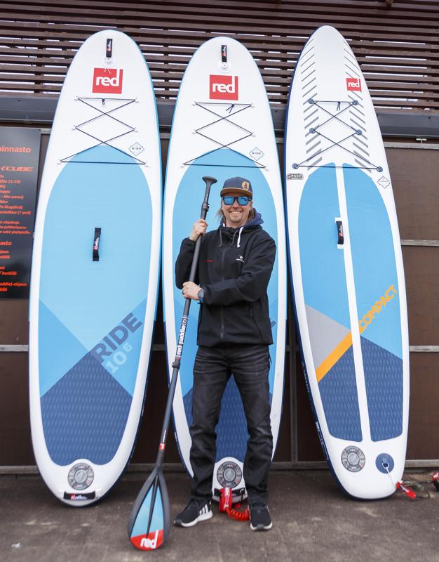 Surf Centerin Jarno Rautiolta voi vuokrata tai ostaa vesiurheiluvälineitä, kuten SUP-lautoja