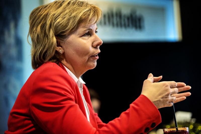 Anna-Maja Henriksson on tyytyväinen Pietarsaaren tiehankkeiden edistymiseen.