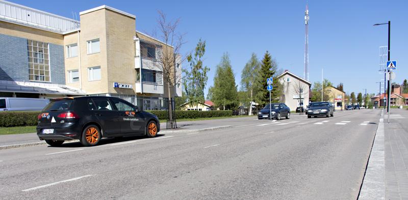 Uuden tieliikennelain mukaan esimerkiksi Kalajoentien varteen voi nyt pysäköidä kulkusuunnassa vasemmalle puolelle tietä, kuten autokoulun auto on tässä pysäköitynä.