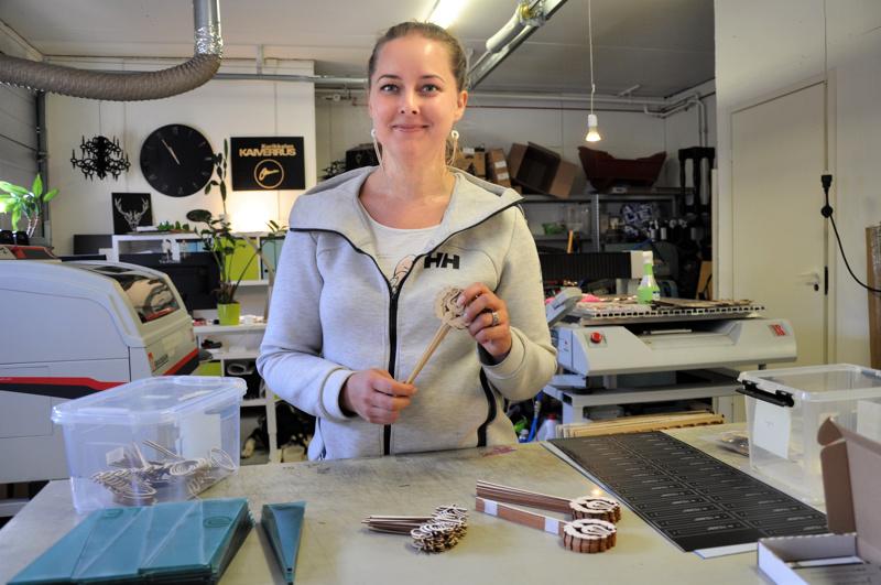 Jonna Kurikkala nauttii työnsä monipuolisuudesta. Välillä hän kaivertaa isoja sarjoja suurteollisuudelle, välillä pakkaa tukkukauppiaalle kakkukoristeita.
