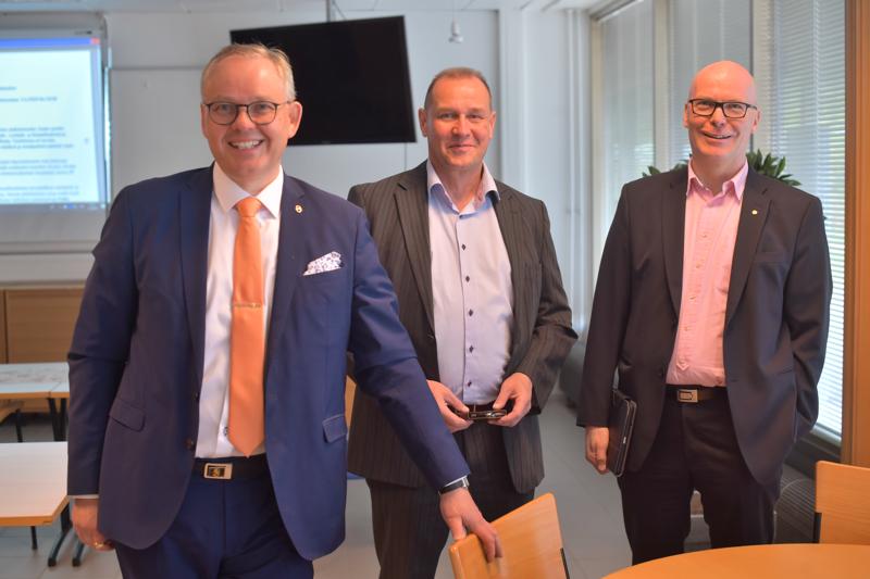 OP Perho, OP Himanka ja OP Nivala ovat yhdistymässä. Kuvassa OP Nivalan toimitusjohtaja Markku J. Niskala, OP Himangan toimitusjohtaja Kari Haanmäki ja OP Perhon toimitusjohtaja Pekka Pajula.