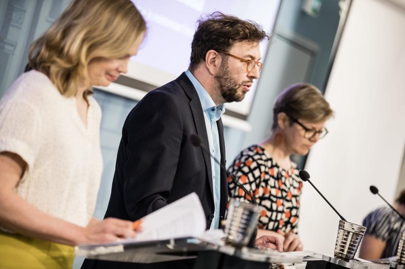 Tiede- ja kulttuuriministeri Hanna Kosonen, liikenne- ja viestintäministeri Timo Harakka ja ympäristö- ja ilmastoministeri Krista Mikkonen kertoivat MAL -sopimusten sisällöstä.