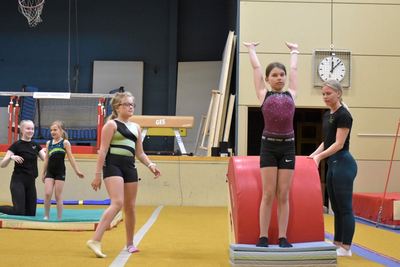 Ebba Ekqvist valmistautuu suoritukseen, Tine Flink taustalla samoin. Vuoroaan odottaa Sandra Ingerström. Ohjaajat Sofia Forsman ja Olivia Käldström ovat tarkkoina.