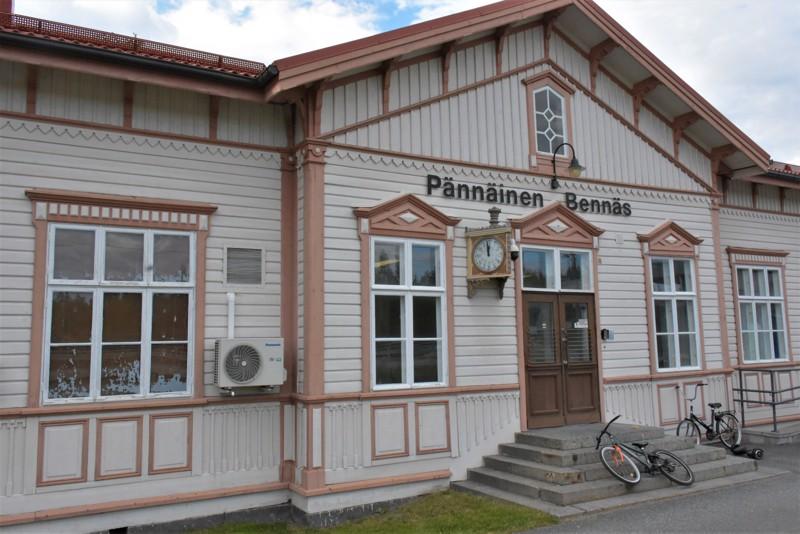 Pännäisten asema oli keskiviikkona ensimmäistä päivää virallisesti Pietarsaari-Pedersöre. Muutos tuli lopulta niin äkkiä, että kaikki kyltit ja opasteet kertovat vielä entisestä.
