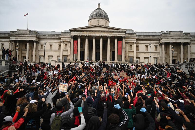 Kymmenet tuhannet ihmiset kokoontuivat keskiviikkona Lontoossa rauhallisesti sujuneeseen rasismin vastaiseen mielenosoitukseen.