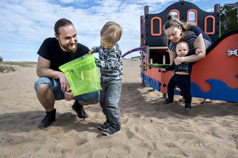 Rengon perhe vietti aikaa leikkipaikalla Kalajoen Hiekkasärkillä. Kuvassa isä Reko, pojat Santeri ja Lauri sekä äiti Heta.