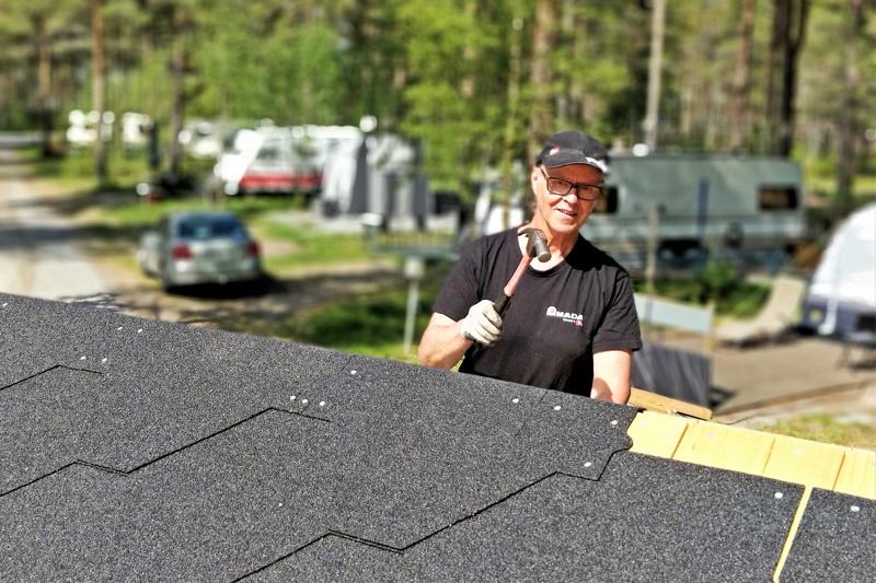 Peter Wik naulaamassa huopakattoa uuteen saunaan Fäbodan asuntovaunualueella. Saunamökki rakennetaan perinteiseen tapaan talkoovoimin.  Löylyttelemään on tarkoitus päästä  juhannuksena.