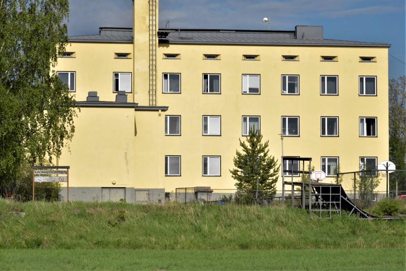Vuonna 1938 valmistunut koulukoti Lagmansgården on tarkoitukseensa vanhentunut. Tuleviin uusiin tiloihin on muuttomatkaa viitisen kilometriä.