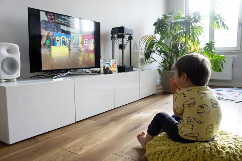 Berliinissä Ian seuraa ruudun välityksellä jännittyneenä Aila-mummon tarinointia Ylivieskassa. Vaikka välimatka on pitkä, niin yhteys pysyy läheisenä.