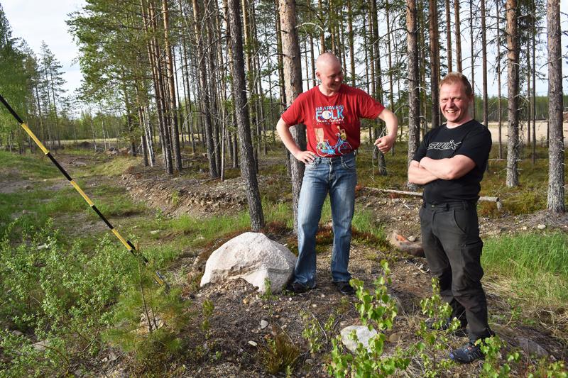 Maastopyöräreitin suunnittelujoukkoihin kuuluneet Mika Lehtola ja Janne Rytky odottelevat muitakin lajin harrastajia kaveriksi talkoisiin. 50 innokkainta mahtuu joukkoon!