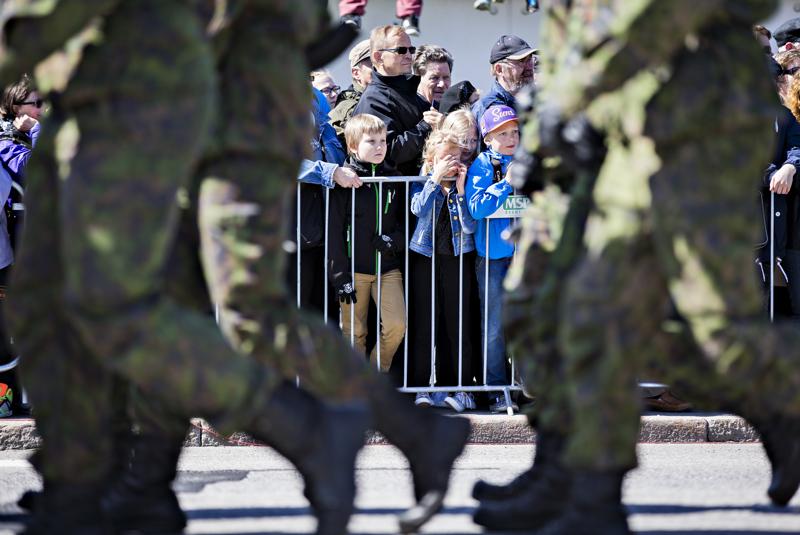 Puolustusvoimain lippujuhlan päivään kuuluvat perinteisesti sotilasparaati ja ylennykset.