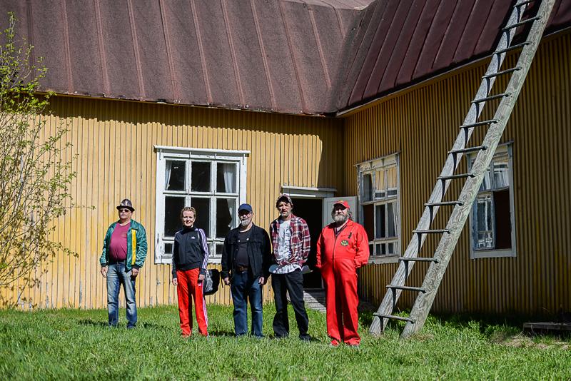 Kulttuurikeskus Sampolan ulkonäyttämö tulee olemaan noin 75 neliön kokoinen. Tuomo Kokkoniemi, Milla Puurula-Tilli, Jukka Puranen, Mikko Huuskonen ja Asko Kestilä seisovat kuvassa tulevan näyttämön reunalla.
